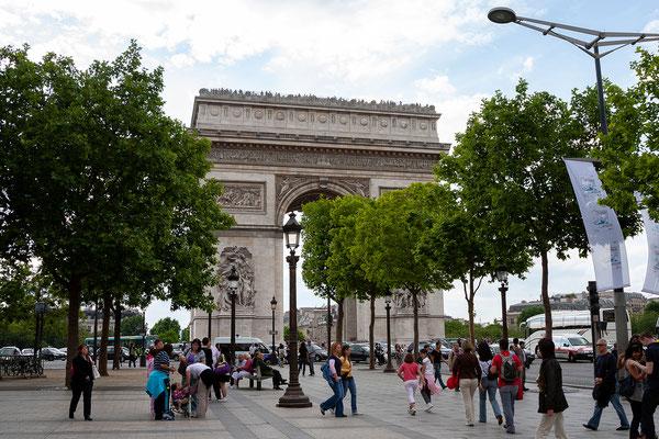 12.06. Über die Champs Elysées gelangen wir zum Arc de Triomphe.