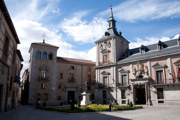 24.09. Barrio de los Austrias: Die Plaza de la Villa ist einer der ältesten Plätze Madrids.