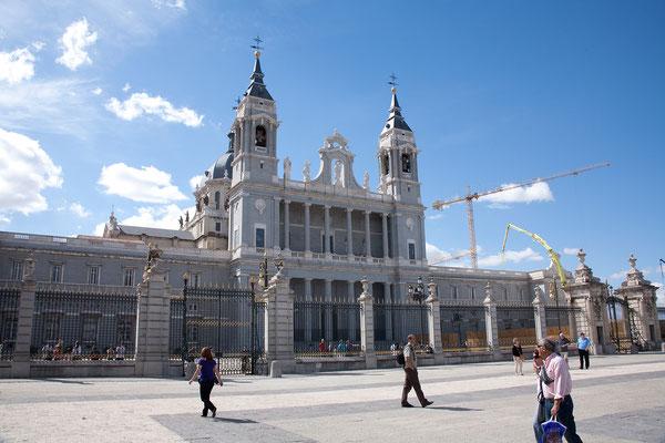 24.09. Nach dem Königspalast steht die Almudena Kathedrale auf unserem Programm.