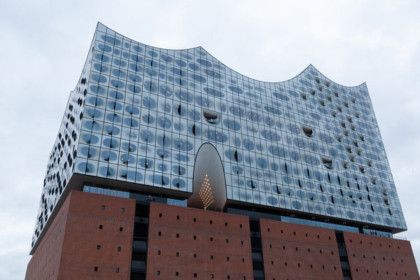 24.06. Blick zurück auf die Elbphilharmonie.