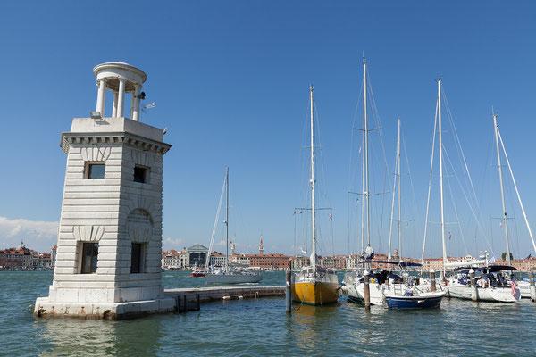 01.07. Nach dem Besuch der Kirche spazieren wir den kleinen Hafen entlang und genießen die Aussicht auf Venedig.