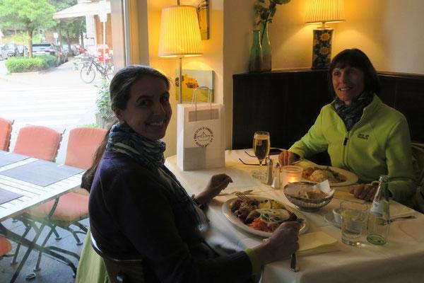 22.06. Wir essen im Portugiesenviertel ausgezeichnet zu Mittag: Restaurante Porto
