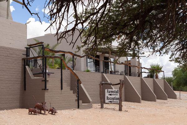14.02. Im Kalahari Farmstall essen wir eine Kleinigkeit und holen unser Fleisch für den KTP Aufenthalt ab.