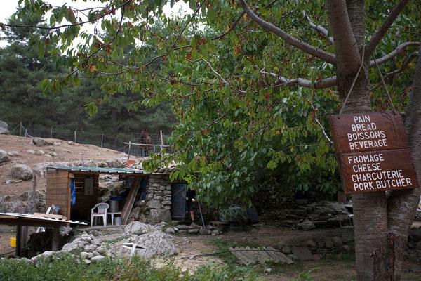 03.09. Wanderung im Manganello Tal, Bergerie de Tolla. Wir stärken uns mit ausgezeichneter korsischer Wurst.