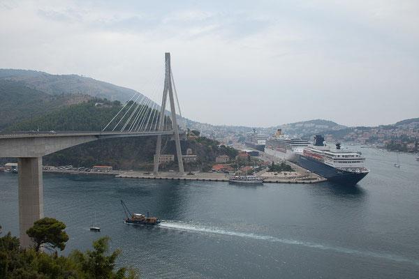 5.9. An der Franjo Tuđman Brücke (518m lang) bei Dubrovnik haben wir eine gute Sicht auf den Dubrovniker Kreuzfahrthafen.