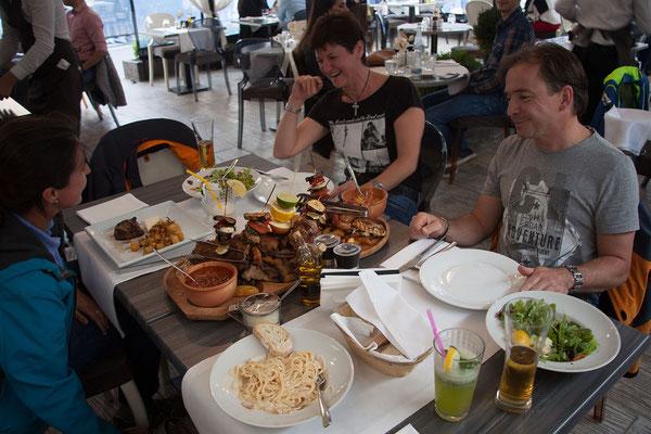 11.6. Oradea: Abendessen im Restaurant Allegria - Monika & Klaus nehmen die Riesenschlachtplatte ...