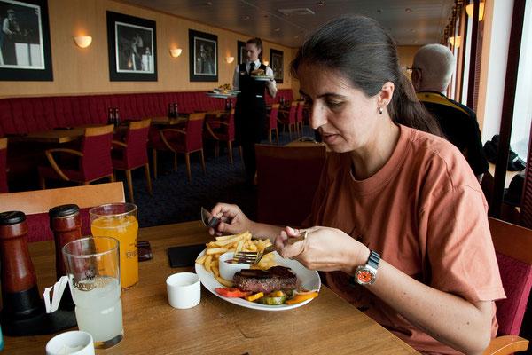 27.7. Norröna - Auf ein wunderbares Frühstücksbuffet folgt ein tolles Essen im Steakrestaurant.