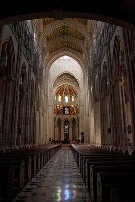 24.09. La Almudena: Altar und Hauptschiff