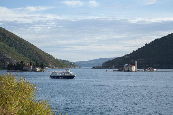 18.9. Weiter geht es die Bucht entlang mit Blick auf die Inseln Sveti Đorđe und Gospa od Škrpjela.