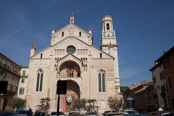 23.09. Verona - Der typische streifendekor des Duomo Santa Maria Matricolare stammt von der abwechselnden Verwendung von Tuffstein, Terracotta, rosa und weißem Marmor.