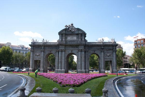 24.09. Nach dem Mittagessen fahren wir mit der Metro zur Puerta de Alcalá ...