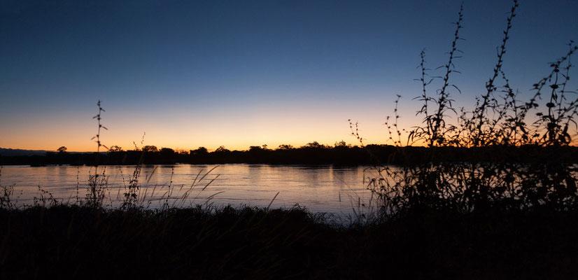24.4. Nunda River Lodge; Sonnenuntergang über dem Kavango.