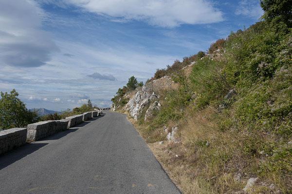 8.9. Über den Krstac-Pass gelangen wir mit tollen Ausblicken in den Lovćen.