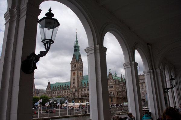 23.07. Blick aufs Rathaus von den Alsterarkaden