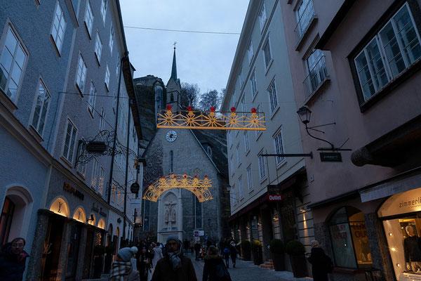 Die Gassen der Salzburger Altstadt sind gut besucht und stimmungsvoll beleuchtet.