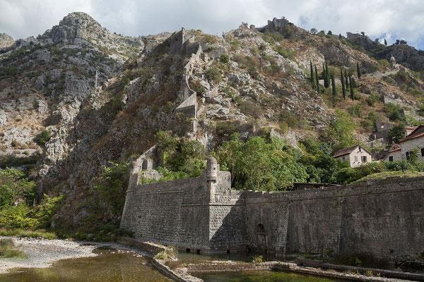 18.9. Kotors mittelalterliche Altstadt ist von einer eindrucksvollen 4,5 km langen Stadtmauer umgeben.