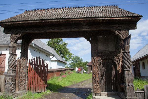 18.6. In Breb bewundern wir die für die Region typischen kunstvoll gefertigten Holztore.