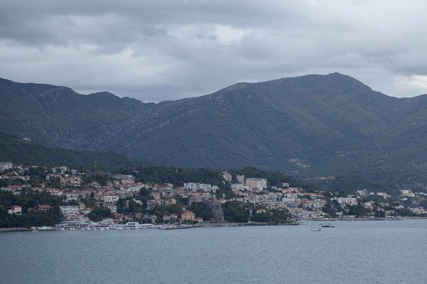 19.9. Später fahren wir das letzte Stück der Bucht von Kotor entlang und blicken zurück auf Herceg Novi.