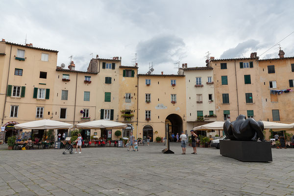 07.06. Lucca: Piazza del' Anfiteatro