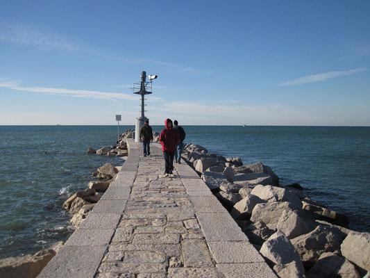 18.10. Grado: vor der Heimfahrt spazieren wir an den Strand.
