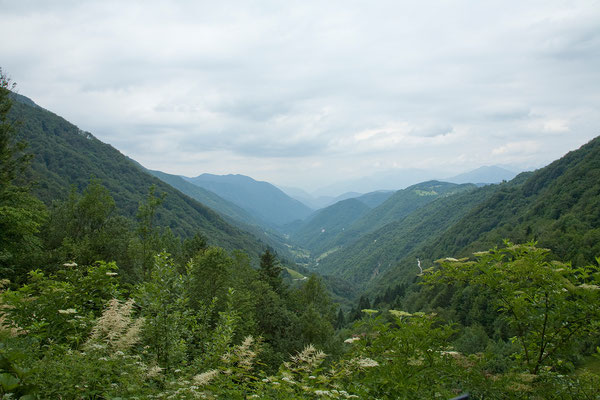 17.06.  Wir fahren eine Nebenstraße oberhalb der Idrijca entlang.