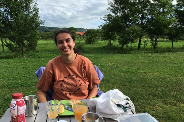 15.6. Camping De Oude Wilg, Cârţa - Heute wachen wir bei warmem, sonnigem Wetter auf. Wir frühstücken gemütlich und brechen gegen 10 Uhr auf.