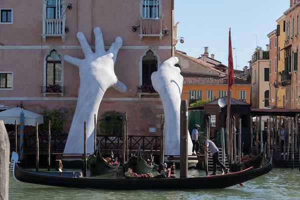 01.07. Blick vom Mercato di Rialto auf Ca' Sagredo (Skulptur von Lorenzo Quinn)
