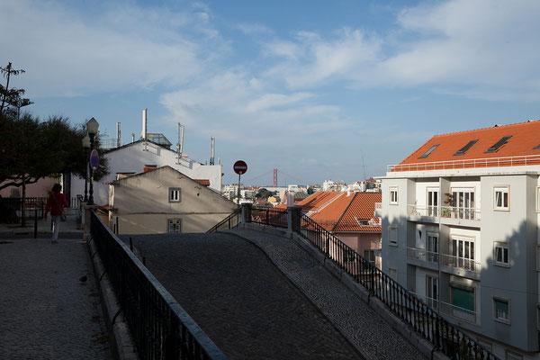 14.09. Die Casa do Príncipe ist von schönen Palästen umgeben. Man blickt durch die Lage auf einem Hügel bis zum Ponte do 25 Abril.