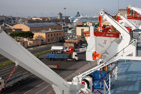 22.5. Nach einer ruhigen Nacht verlassen wir den Hafen von Livorno um 8:15 Uhr.