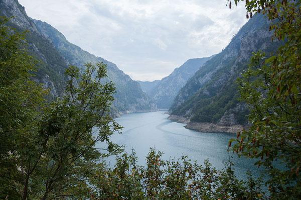 10.9. Mit einer Länge von 33 km und einer Tiefe von bis zu 200 m ist der Piva Stausee der größte Stausee Montenegros.