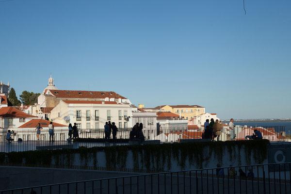 17.09. Unterwegs mit der Straßenbahn Nummer 28: Miradouro Portas do Sol