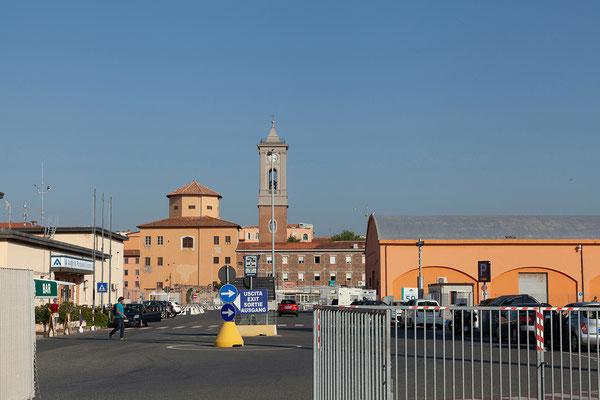 26.05. Nach etwa 9 Stunden erreichen wir den Hafen von Livorno.