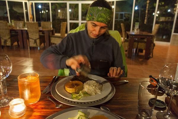 21.4. Waterberg Wilderness, Plateau Lodge: beim (sehr guten) Abendessen sind wir die einzigen Gäste. Die überschwemmte Zufahrtsstraße hat weitere Besucher abgehalten.