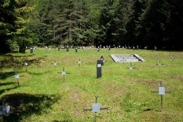 In Log pod Mangrtom befindet sich ein Soldatenfriedhof aus dem 1. Weltkrieg mit twa 860 Opfern.