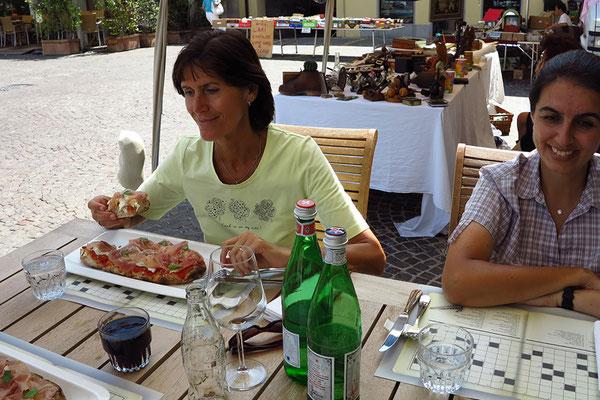 San Daniele. Sonja und Georg essen Pizza mit San Daniele Schinken, Helmut Burger und ich Gnocchi.