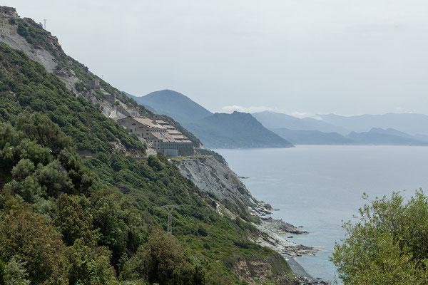 29.05. Cap Corse, die Asbestfabrik bei Nonza war bis zu ihrer Schließung 1965 eine der größten ihrer Art in Europa.