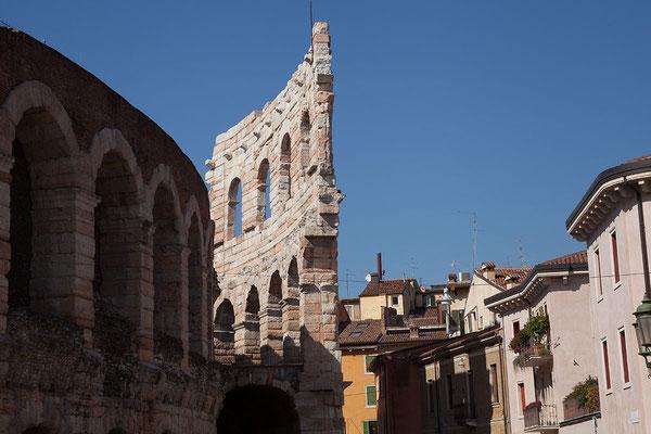24.09. Verona - Im 12. Jh. beschädigten Erdbeben die Arena schwer.