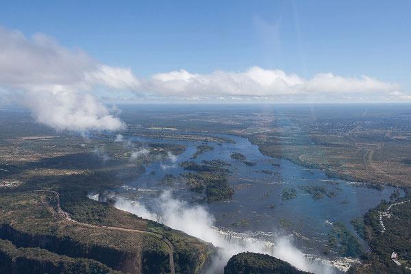 Victoria Falls: wir dürften Maximalwasserstand haben (ca. 550 Mio. Liter Wasser/Min.)