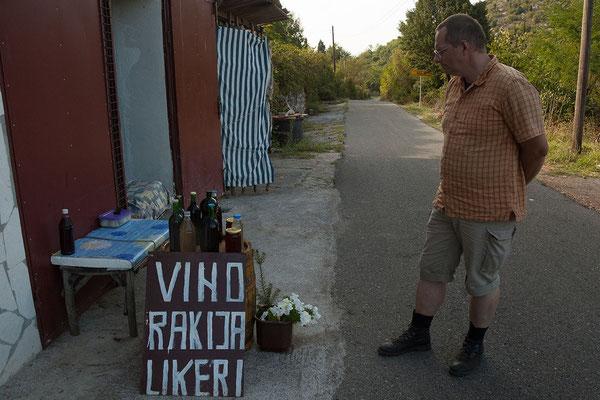 16.9. Auf dem Rückweg nach Murići kaufen wir an der Straße Schnaps.