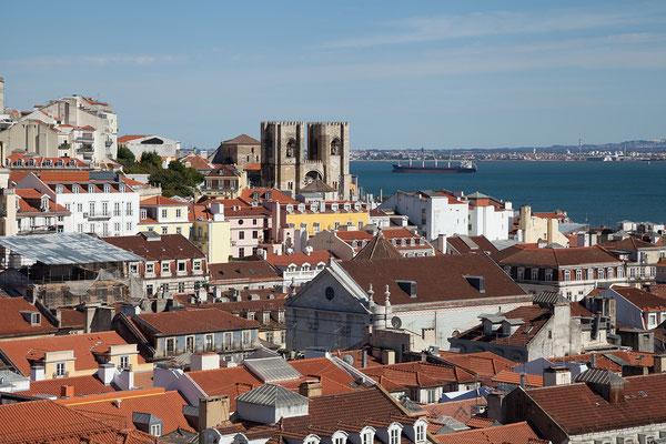 17.09.  Elevador de Santa Justa: Aussicht auf die Kathedrale