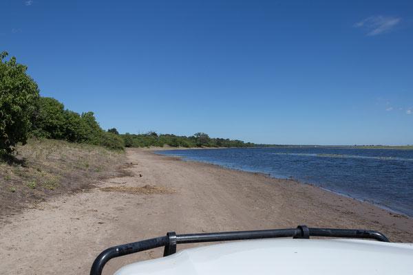 03.05. Chobe NP (Riverfront), die Pad führt an vielen Stellen entlang des Flusses