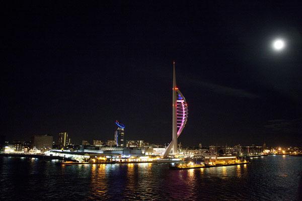 16.09. Mit Blick auf den Spinaker Tower und die Skyline von Portsmouth legt unsere Fähre um 20:15 Uhr Richtung St. Malo ab.