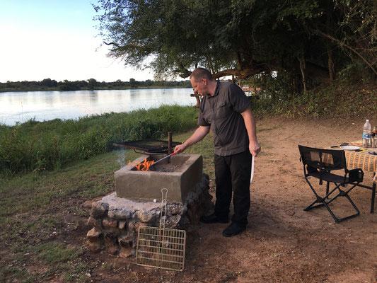 24.4. Nunda River Lodge; der Grillmeister bei der Arbeit.
