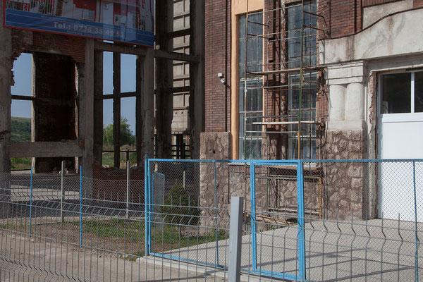 14.06. Ein verfallenes Stahlwerk und die Ruinen ehemaliger Eisenhütten umgeben das Castelul Corvinilor in Hunedoara und zeugen von einer wohlhabenderen Vergangenheit der Region.