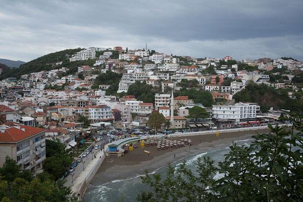 17.9. Ulcinj, Blick von der Altstadt auf die Mala Plaža und die Promenade