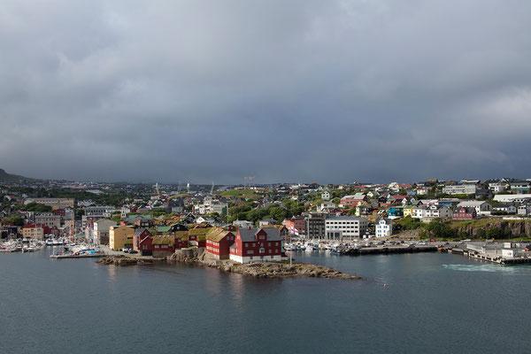 30.7. Färöer Inseln - Streymoy - Tórshavn. Die Norröna legt um 18 Uhr ab, wir blicken zurück auf Tórshavn.