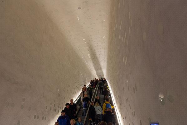 24.06. Am Abend besuchen wir die Elbphilharmonie. Die längste Rolltreppe Europas (82 m) bringt uns in das berühmte Gebäude.