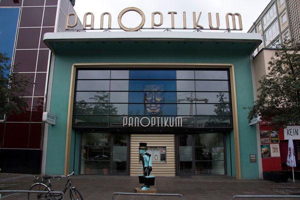 25.07. St. Pauli: natürlich besuchen wir auch das Panoptikum mit seinen mehr oder weniger echt aussehenden Wachsfiguren.