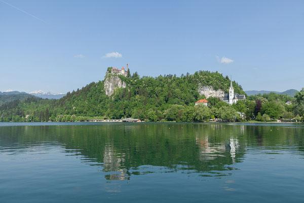 06.05. In Bled spazieren wir den See entlang und fahren dann mit einem der traditionellen Pletna Boote auf die Insel.