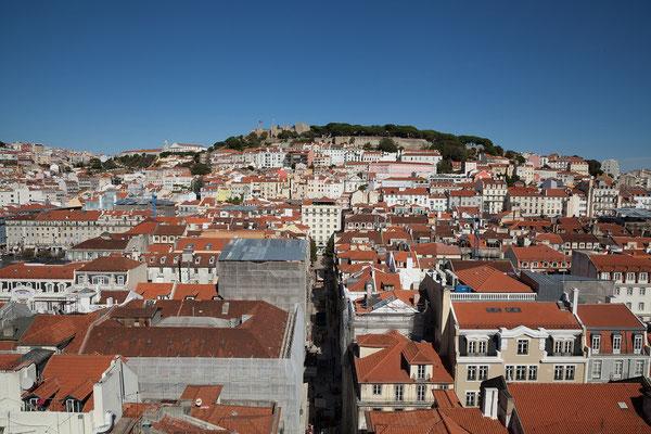 17.09.  Elevador de Santa Justa: von der Aussichtsterrasse blicken wir auf das Castelo São Jorge